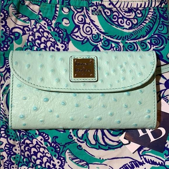 Dooney & Bourke Handbags - 🎉HP🎉Dooney & Bourke Ostrich clutch wallet